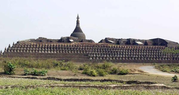 Kothaung Paya: Kothaung Paya là một trong những công trình nổi bật của Mrauk U và là ngôi đền lớn nhất trong khu vực, được xây dựng năm 1553. Nơi đây có 90.000 tượng Phật và hơn một trăm ngọn tháp cùng nhiều lối đi bằng đá vẫn còn nguyên vẹn, trong khi những khu vực khác đã bị phá hủy do động đất. Ảnh: Remotelands.