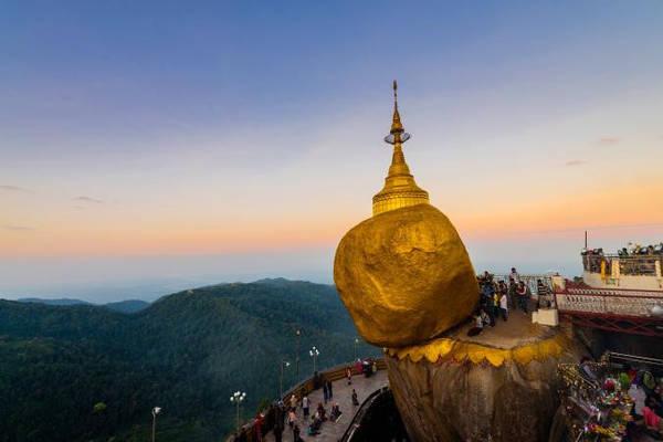 Kyaikhtiyo: Nằm trên rìa của một vách đá, ngôi chùa Kyaikhtiyo, hay chùa Đá Vàng, là một địa điểm hành hương quan trọng của Phật giáo ở bang Mon, Myanmar. Một ngọn tháp nhỏ cao 7,3 m được xây dựng trên tảng đá nằm chênh vênh ở độ cao 1.100 m so với mực nước biển. Theo truyền thuyết, tảng đá không lay chuyển nhờ được giữ bởi một sợi tóc của Đức Phật. Ảnh: Nationalgeographic.