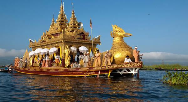 Phaung Daw Oo: Chùa Phaung Daw Oo nằm trên bờ hồ Inle. Trong lễ hội Phaung Daw Oo, những bức tượng Phật vàng trong ngôi chùa được đưa lên thuyền trang trí lộng lẫy và di chuyển quanh hồ. Hàng trăm tàu thuyền tham gia đám rước này, thu hút nhiều người địa phương và du khách đến xem. Ảnh: Wanderlusttravelmyanmar.