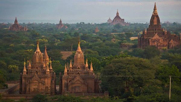 Banano: Bên trái bờ sông Irrawaddy là hàng trăm đền thờ Phật giáo rải rác xung quanh khu vực. Bagan là thủ đô cũ của Myanmar và đã từng là một trong những trung tâm quan trọng nhất của Phật Giáo. Những ngọn tháp cao, vòm hình chuông là đặc trưng của kiến trúc Phật giáo trong khu vực. Đỉnh tháp tượng trưng cho một ngọn núi thiêng và là nơi gìn giữ các thánh tích. Ảnh: Gadventures.