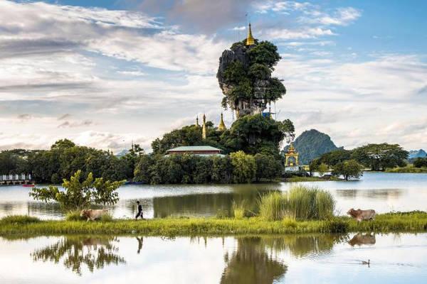 Kyauk Kalap Pagoda: Ở giữa một khu vườn nhỏ giữa hồ nước được bao quanh bởi các ngọn núi, Kyauk Kalap Pagoda dường như không bị ảnh hưởng bởi trọng lực. Ngôi chùa nhỏ nằm trên đỉnh núi đá dốc in bóng trong hồ nước xung quanh tạo nên quang cảnh nổi bật. Ảnh: Nationalgeographic.