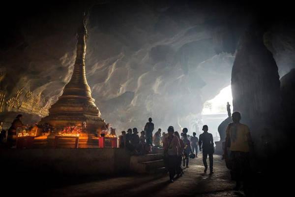 Sadan Cave: Nằm giữa ngọn núi Hpa An tươi tốt là một hang động tự nhiên lớn. Bên trong hang động là hàng chục pho tượng Phật cùng kiến trúc chùa và chạm khắc trên tường. Ảnh: Nationalgeographic.
