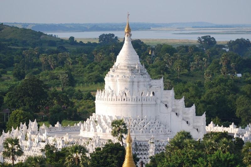 Hsinbyume Pagoda: Chùa Hsinbyume là một ngôi chùa lớn ở phía bắc của Mingun, Sagaing Region, cách Mandalya khoảng 10 km về phía Tây Bắc. Chùa được sơn trắng và được cho là xây dựng dựa trên mô tả của ngôi đền huyền thoại Sulamani trên núi Meru, với phần dưới của ngôi chùa đại diện cho ngọn núi, 7 chuông đồng tâm đại diện cho bảy dãy núi leo lên núi Meru theo thần thoại Phật giáo. Chùa được xây dựng năm 1816. Ảnh: Gottagoindochina.
