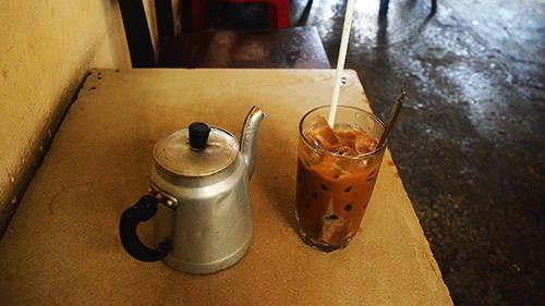 Một ly cà phê sữa đá có giá 12.000 đồng. Ảnh: Phong Vinh.