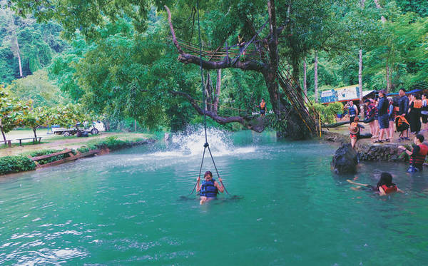 Không chỉ hớp hồn khách du lịch với màu xanh ngọc bích tuyệt đẹp, hồ The Blue Lagoon còn lôi cuốn bởi những trò chơi cảm giác mạnh thú vị. Ảnh: Mai Hương