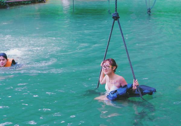 Hồ Blue Lagoon rất sâu, nếu không biết bơi bạn nên mang áo phao khi vui chơi trên hồ. Ảnh: Mai Hương