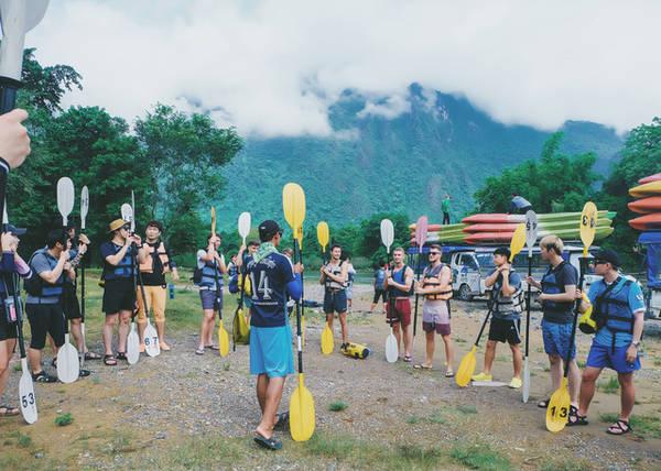 Hướng dẫn viên hướng dẫn một nhóm khách chuẩn bị hành trình trèo thuyền kayak 7km trên sông Nam Song. Ảnh: Mai Hương