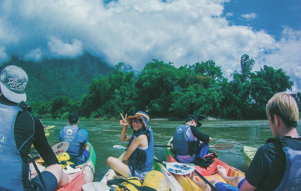 Chuẩn bị bắt đầu hành trình trèo thuyền kayak trên sông Nam Song. Ảnh: Mai Hương