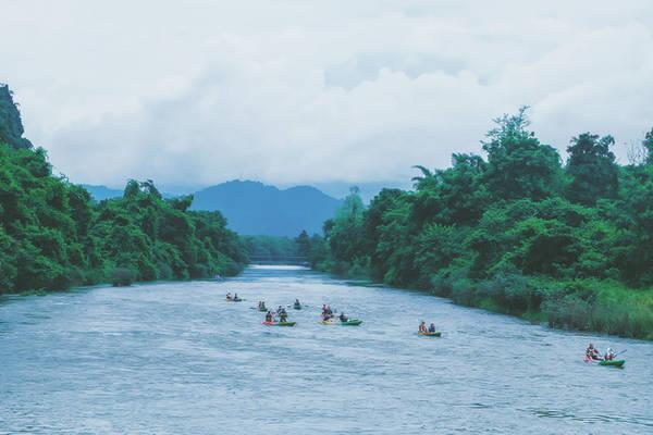 Khung cảnh trên hành trình trèo thuyền kayak trên sông Nam Song luôn thay đổi đầy ấn tượng. Ảnh: Mai Hương
