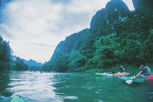 Một số dãy núi tai mèo hai bên bờ sông khiến tôi liên tưởng đến vẻ đẹp của Hà Giang. Ảnh: Mai Hương