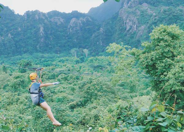 Trượt zipline ở Vang Vieng sẽ cho bạn cảm giác lao đi vun vút trong không khí...