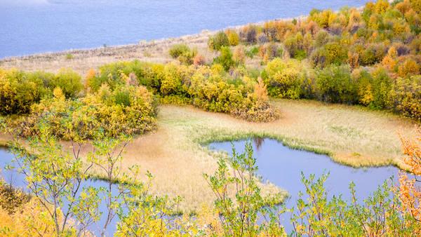 Mùa thu kéo dài khoảng 80-90 ngày, bắt đầu từ tháng 9 đến tháng 11 với nhiệt độ trung bình 2-15 độ C, trong đó tháng 9 là thời điểm lý tưởng để đi leo núi và chiêm ngưỡng rừng cây thay lá ở miền bắc.