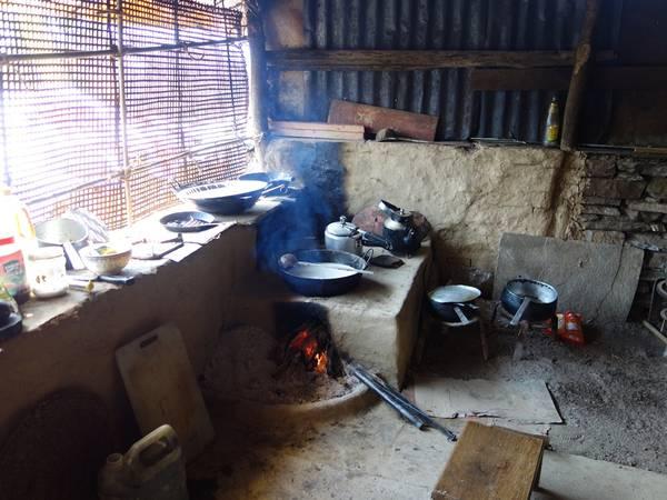 Góc bếp trong nhà, chủ yếu dùng củi đốt, mọi thứ còn rất thô sơ.