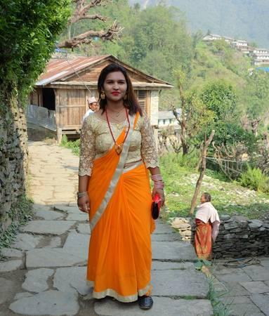 Một người phụ nữ Nepal trong trang phục truyền thống chuẩn bị đi đám cưới