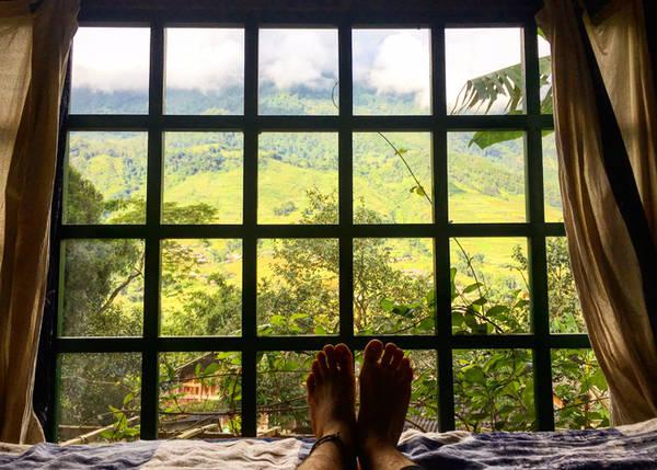 Buổi sáng khi thức giấc, nhìn ra ngoài cửa sổ là cả một khung cảnh vô cùng đẹp, khiến mình có cảm giác như đang ở thiên đường vậy. Các bạn có thể đi dạo, khám phá quanh bản, đâu đâu cũng tràn ngập những bông hoa khoe sắc