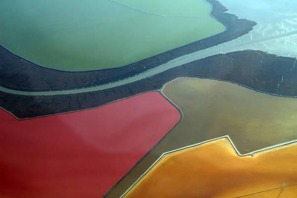 Cánh đồng muối nhân tạo ở San Francisco rực rỡ đủ các sắc màu - Ảnh: UpOut