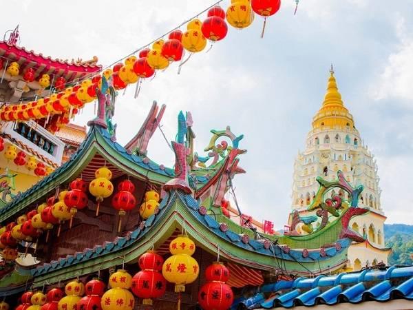 Đền Kek Lok Si ở George town, Penang rực rỡ nhiều màu sắc gây tò mò cho du khách bởi hàng nghìn tượng đồng. Ngôi đền 7 tầng xây dựng cách đây 113 năm, cách đồi Penang khoảng 3 km, là nơi thờ Phật lớn và quan trọng nhất ở Penang.