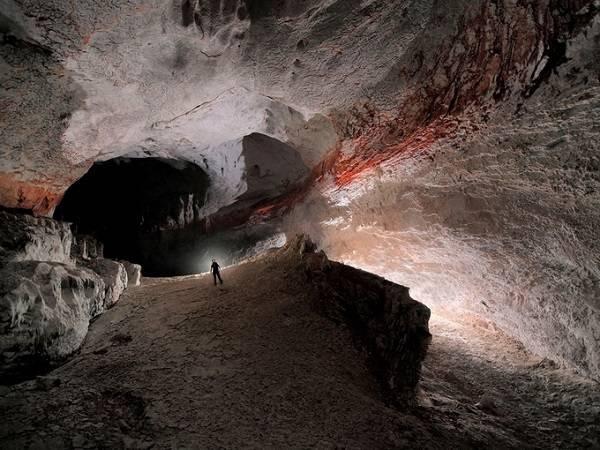 Công viên Quốc gia Gunung Mulu, một trong những hang động lớn và đẹp nhất trái đất được UNESCO công nhận là Di sản thế giới từ năm 2000 với hàng nghìn loại thực vật và hàng triệu con dơi trú trong hang. Đây còn là địa điểm du lịch khám phá lý thú.