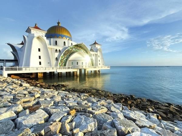 Nhà thờ Hồi giáo Straits Mosque như đang nổi trên mặt nước mỗi khi triều cường lên là một trong những điểm phải ghé thăm khi đến Melaka, Malaysia.