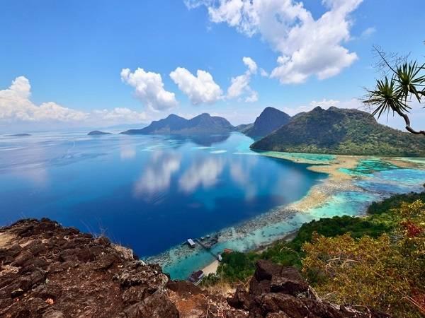 """Công viên Hải dương Tun Sakaran rộng khoảng 101 km2, nằm ngoài bờ biển phía Đông Sabah, Borneo là nơi cư trú của nhiều loài động vật biển như trai khổng lồ, cá hề, cá đuối... luôn """"quyến rũ"""" những tín đồ lặn biển."""