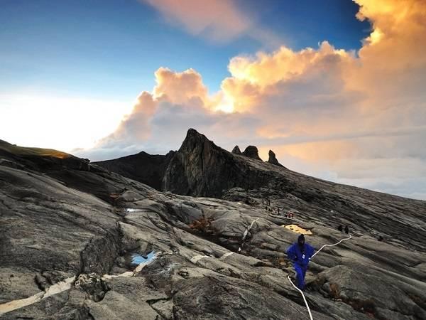 Công viên Kinabalu, bắc Borneo nằm trên ngọn núi cao nhất Malaysia (4.095 m) hấp dẫn nhờ khung cảnh ảo diệu. Nơi đây có hệ thực vật phong phú và là một trong những địa điểm sinh thái quan trọng bậc nhất thế giới.