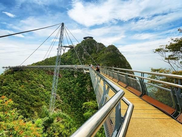 Cầu Sky trên đỉnh núi Machinchang cao hơn 661 m thử thách lòng can đảm của du khách với đường cong gần 125 m từ trạm đầu của tuyến cáp treo Langkawi kéo dài tới đỉnh đồi lân cận, một số đoạn có sàn bằng kính để du khách ngắm cảnh bên dưới.