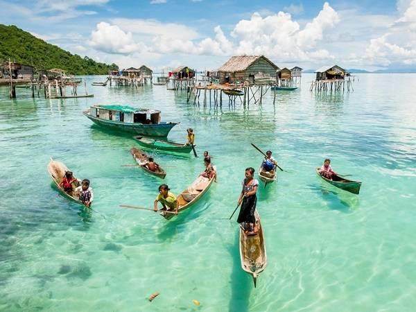 Ấn tượng bởi làn nước biển trong veo thấy đáy, làng nổi ở thị trấn Semporna xinh đẹp làm say lòng những người yêu thiên nhiên hoang sơ. Vào những ngày nắng đẹp, bạn có thể thả mình trên mặt nước xanh mát hoặc lặn biển cũng là một ý không tồi.