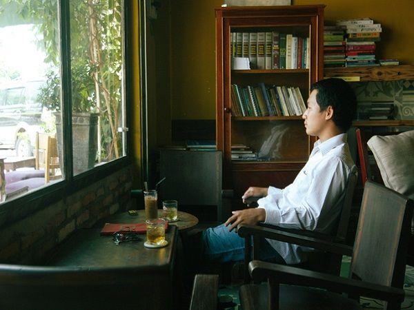 Nếu muốn tránh sự ồn ào của thành phố, bạn có thể tìm đến quán cà phê Chiêu. Không có vị trí đắc địa ở trung tâm Sài Gòn nhưng quán vẫn tạo được dấu ấn riêng đối với thực khách nhờ không gian nhẹ nhàng, đặc biệt với những ai thích ngồi nhâm nhi cà phê một mình.