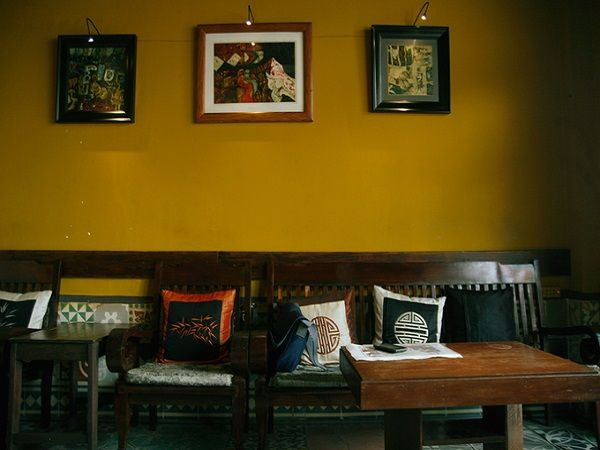 Khi khách đặt chân vào quán, ấn tượng đầu tiên là không gian tĩnh lặng, có một chút lãng mạn. Quán còn ghi điểm bởi âm nhạc là những khúc ca bất hủ hoặc giai điệu không lời sâu lắng.