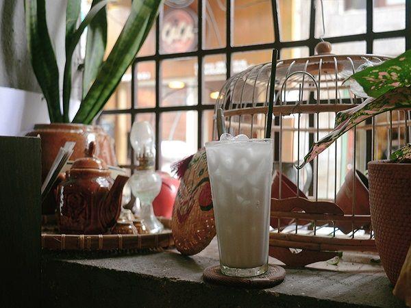 Điều đặc biệt khiến quán càng hút khách là thực đơn với những món nước truyền thống như cà phê, chanh muối, sắn dây, xí muội, chanh sả gừng, các loại nước ngọt… Mỗi món có giá khoảng 30.000 đồng.