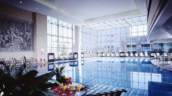 Khu bể bơi trong nhà của khách sạn rộng 250 m2, có bể bơi cho trẻ em và hai bồn tắm nước suối nóng tự nhiên được Văn phòng Tài nguyên Lãnh thổ Bắc Kinh và Hiệp hội Địa nhiệt Bắc Kinh chứng nhận tiêu chuẩn. Lớp học bơi của khách sạn có giá từ hơn 1,3 triệu đồng cho một giờ.