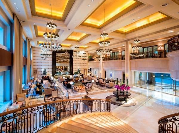 Khách sạn nằm gần những khu phố ngoại giao, thương mại và mua sắm của Bắc Kinh. Hiện khu vực quanh khách sạn được bố trí nhiều rào chắn, với lực lượng vũ trang canh phòng cẩn mật. Theo Guardian, trước chuyến thăm của Tổng thống Mỹ, khách sạn đã cho lắp đặt thêm nhiều camera an ninh. St. Regis có tổng cộng 258 phòng, trong đó 102 căn suite, khách sạn đã báo hết phòng từ 8/11 tới 10/11.
