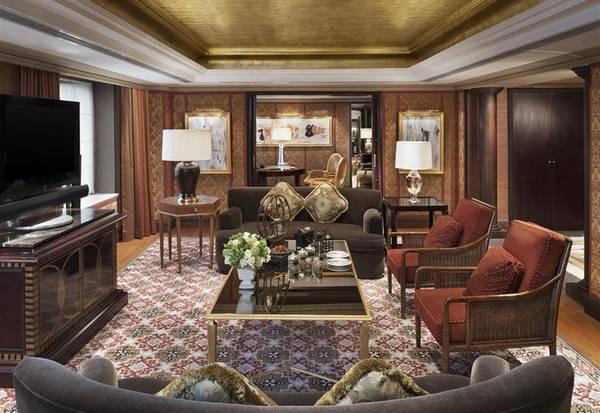 Bên trong khách sạn Tổng thống Trump nghỉ tại Bắc KinhVới diện tích 200 m2, phòng suite Tổng thống duy nhất trong khách sạn được bài trí theo phong cách sang trọng. Màu sắc và nội thất phong phú gợi ấn tượng về vẻ đẹp cổ điển. Đặc biệt, phòng khách có một bức tranh vẽ tay trên trần. Khách nghỉ lại đây cũng có thể dùng bữa trong phòng ăn riêng với sức chứa 10 người.
