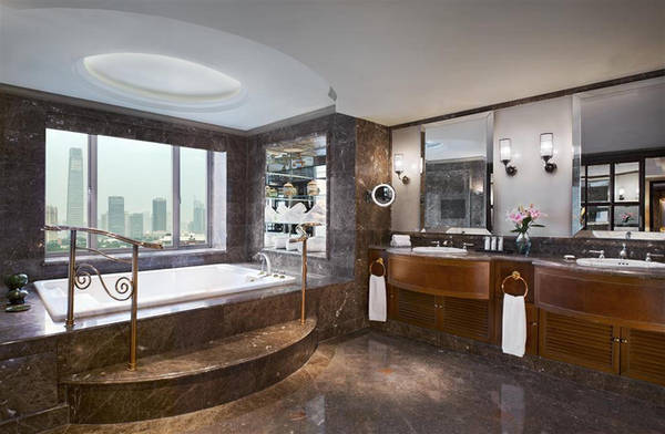 Ngoài không gian bếp ăn, phòng giải trí, khách sạn còn bố trí hai phòng tắm. Phòng thứ nhất rộng hơn, lát gạch mosaic, bồn tắm Jacuzzi, phòng xông hơi cùng nhiều tiện nghi khác. Phòng tắm thứ hai thiết kế kín đáo, đề cao sự riêng tư của khách.