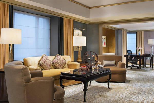 Khách sạn cũng chỉ có một phòng suite Trung Quốc, rộng 130 m2, nằm trên tầng 19. Căn phòng được bài trí theo phong cách nội thất Trung Quốc, trong đó phòng ăn riêng có thể phục vụ tới 8 khách một bữa. Những căn suite còn lại là phòng Đại sứ (11 căn), St. Regis (19 căn) và Chính khách (70 căn), diện tích từ 60-100 m2. Giá phòng thấp nhất từ 4,1 triệu đồng/đêm.