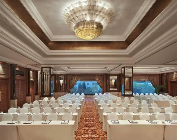 Khách sạn có 9 phòng hội thảo và sự kiện, phòng lớn nhất có diện tích lên tới 410 m2, sức chứa gần 260 người.