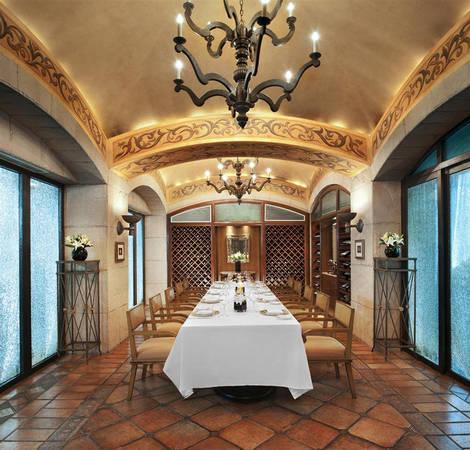 St. Regis có hai nhà hàng chuyên về ẩm thực Italy, Trung Hoa và một nhà hàng Âu.