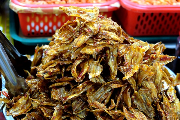 Đặt chân vào cổng chợ bạn sẽ ngửi thấy mùi khô thơm phức. Người dân Nha Trang cho biết, chợ Đầm có kế hoạch xây mới, nhiều gian hàng im lìm nhưng khu bán đồ khô thì vẫn nhộn nhịp tiểu thương.