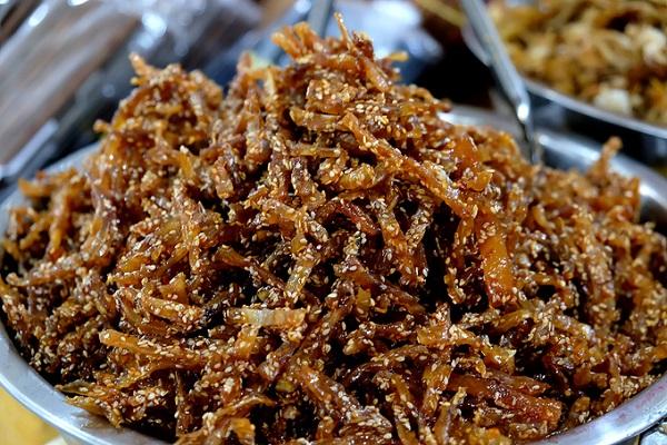 Các món khô tẩm ướp có thể ăn ngay chiếm gần nửa lượng khô bán trong chợ. Khô bày trong các thau to, khiến nhiều người trông thấy đã phải lao tới mua ngay vì thèm.