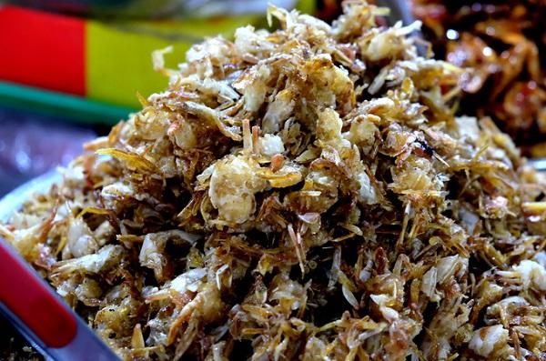 Ghẹ sữa là một trong những đặc sản Nha Trang được nhiều người ưa thích. Ghẹ ở đây được làm sạch, tách bỏ vỏ cứng, ướp tẩm gia vị rồi mang đi rang đến khi giòn tan. Món này sau khi mua có thể ăn ngay.