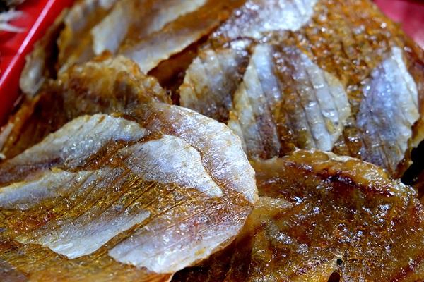 Khô cá bò được ép thành bánh. Khách mua về có thể chiên hoặc nướng lửa than.