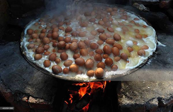 Tuy nhiên, người dân Đông Dương lại ca ngợi món ăn này. Nhiều người tin rằng loại trứng luộc đặc biệt này cung cấp năng lượng dồi dào cho cơ thể, tăng tuần hoàn máu và ngăn ngừa say nắng. Ảnh: Ibtimes.