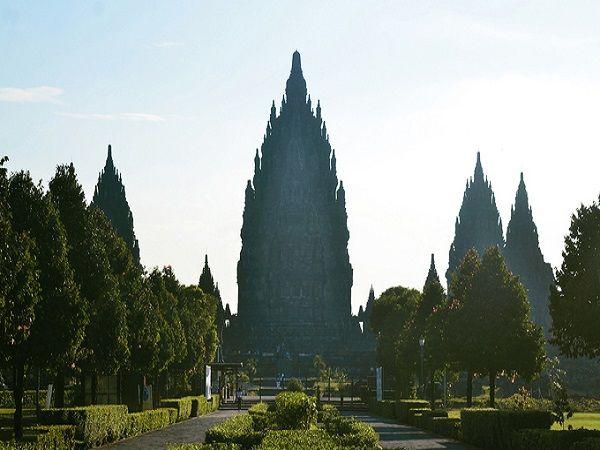 Tọa lạc tại thành phố Yogyakarta (Java, Indonesia), đền Prambanan được xây dựng từ thế kỷ 9 là một trong những ngôi đền Hindu lớn nhất Đông Nam Á. Công trình được UNESCO công nhận là di sản văn hóa vào năm 1991.