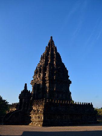 Trong số 240 ngôi đền được xây dựng ban đầu thì phần lớn đã bị sụp đổ bởi những trận động đất và sự phun trào của núi lửa Merapi. Những tàn tích của ngôi đền may mắn được phát hiện lại vào năm 1811 và cho đến năm 1930, công cuộc phục hồi bắt đầu. Hiện tại, điểm tham quan chính còn lại là 6 tòa tháp nằm ở trung tâm, hầu hết được trang trí bởi các bức phù điêu và tượng đá kỳ công.