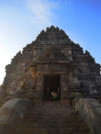 Trong hình là bức tượng thần voi Ganesh nằm bên trong tòa tháp cao nhất. Đây là một trong những vị thần trong văn hóa Hindu tượng trưng cho tài trí, hạnh phúc và sự thành công.