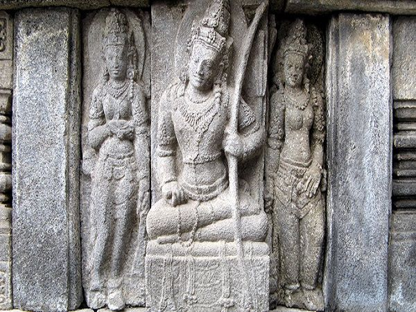 Hình ảnh các vị thần Hindu đều được tạc tượng hoặc chạm trổ thành tranh phù điêu và được trang trí quanh các tòa tháp. Ảnh: Michael Gunther.