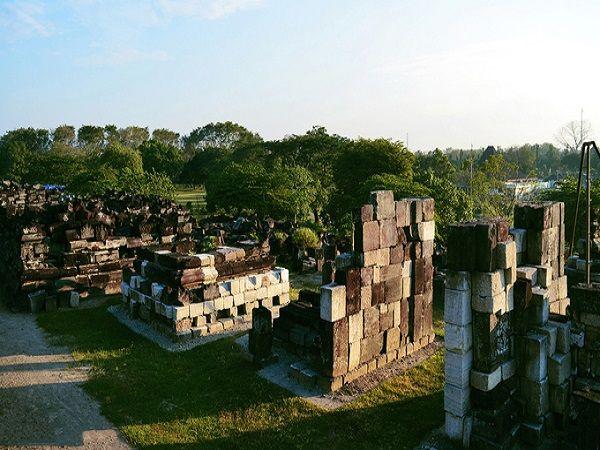 Prambanan là một trong những nơi nổi tiếng ở Yogyakarta để ngắm hoàng hôn. Khi nắng cuối ngày trải lên từng tòa tháp rêu phong, ngôi đền trở nên bí ẩn một cách lạ thường. Tàn tích của những ngôi đền bị sụp đổ vẫn còn nằm rải rác xung quanh khu vực tham quan mang lại cho du khách thêm cái nhìn mới về khu quần thể.