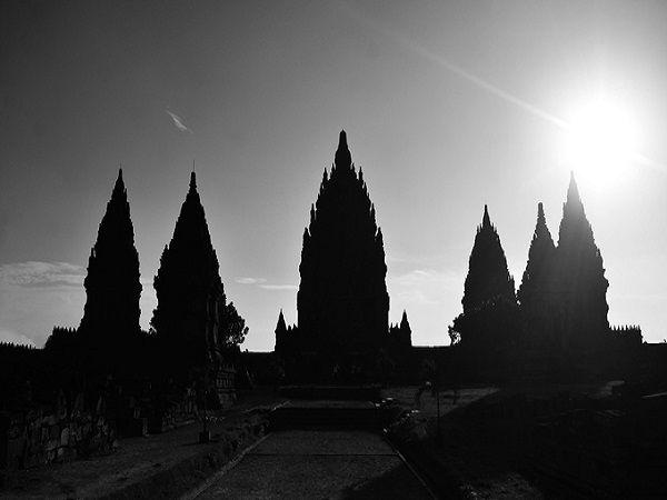 Prambanan mở cửa từ 6h đến 18h mỗi ngày. Du khách chỉ có thể mua vé từ sáng sớm cho đến 17h15. Giá vé cho du khách nước ngoài là 25 USD/người (khoảng 530.000 đồng). Nếu có thẻ học sinh, sinh viên bạn sẽ được giảm còn một nửa giá. Thời điểm tham quan đẹp nhất trong ngày là sáng sớm hoặc xế chiều. Để tiết kiệm chi phí, bạn có thể mua vé combo với giá 40 USD/người (khoảng 850.000 đồng) để thăm Prambanan và ngôi đền Phật giáo lớn nhất giới Borobudur. Vé có giá trị trong 48 tiếng. Ảnh: Phong Vinh.