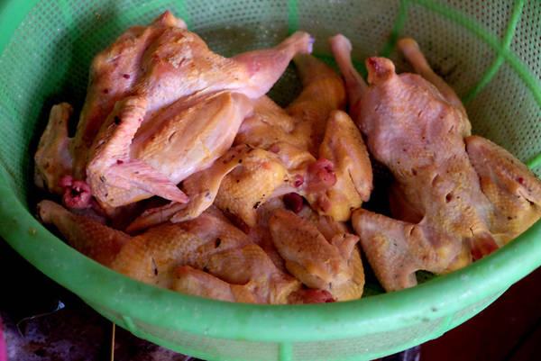 Gà nướng ăn với cơm lam được xem như một đặc sản đáng tự hào mà người Gia Lai thường giới thiệu với khách phương xa. Gà được người dân nuôi ở các mé rừng, với kiểu chăn thả tự do. Gà tại đây thịt săn chắc, da mỏng. Gà làm món nướng thường hơn 1kg, gà làm xong để ráo nước, được đâm thủng nhiều chỗ trên da trước khi ướp gia vị nên trông không đẹp mắt.