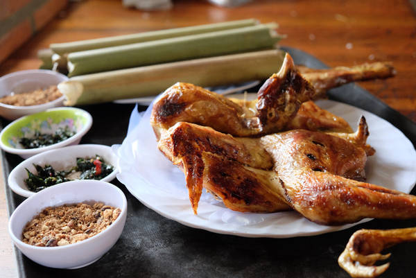 Tại Pleiku, gà nướng được bán ở một số quán nổi tiếng, chỉ cần hỏi bất cứ người dân địa phương nào bạn cũng được hướng dẫn tận tình. Khi khách đến ăn, người bán sẽ giới thiệu hai loại gà, gồm gà ta hoặc gà rừng lai gà ta. Theo những người sành ăn, nếu ăn nướng, muốn thịt mềm và không bị khô, bạn nên chọn loại gà ta. Gà rừng, hay còn gọi là gà thôn bản nên dùng để nấu cháo, trộn gỏi. Giá mỗi con gà nướng cùng cơm lam khoảng 300.000 đồng. Các quán ăn thường bán từ trưa đến nửa đêm.